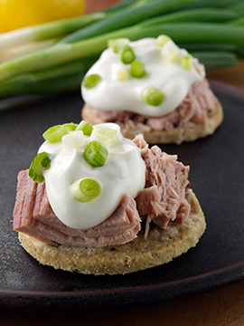 Oatcakes with tuna, low fat cräme fraiche & spring onion